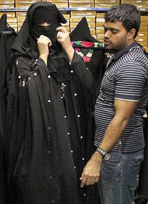 Kim Kardashian Memakai Jubah Di Dubai
