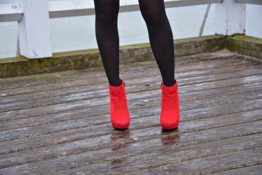 czerwone botki na szpilce
