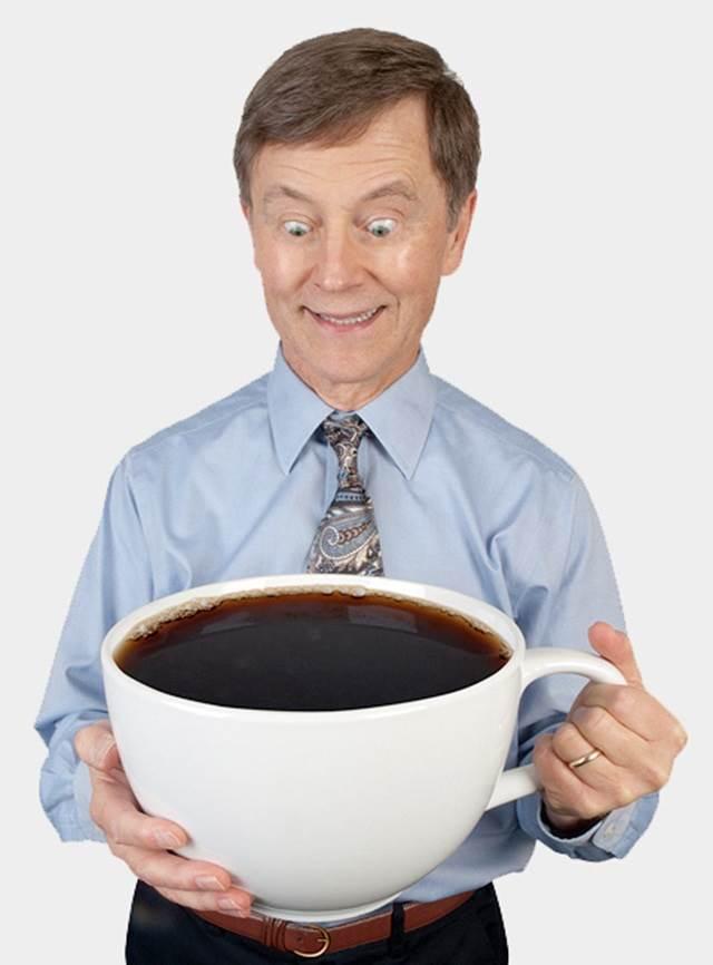 lelaki-minum-dengan-cawan-kopi-terbesar