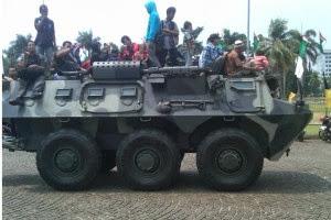 TNI AD Ajak Pengunjung Berkeliling Monas Dengan Panser ANOA
