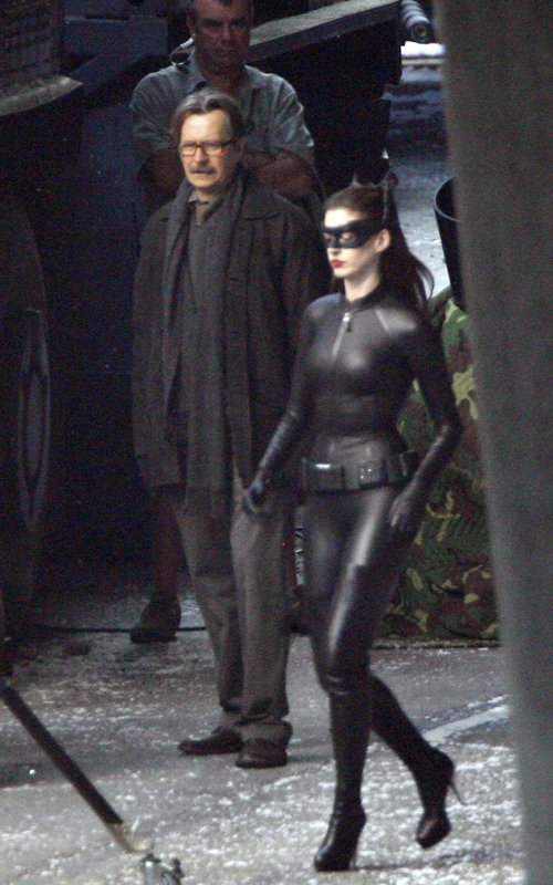 First Look Anne Hathaway on full Catwoman Costume