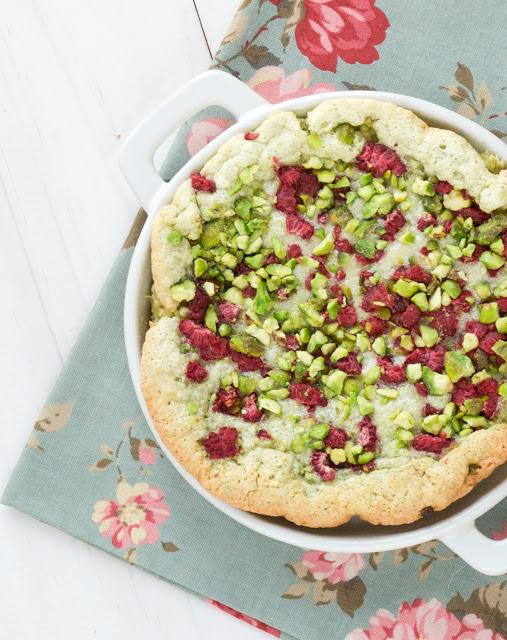 Tarta húmeda de pistachos y frambuesas