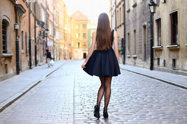 czarne cienkie rajstopy czarna sukienka szpilki stylizacja