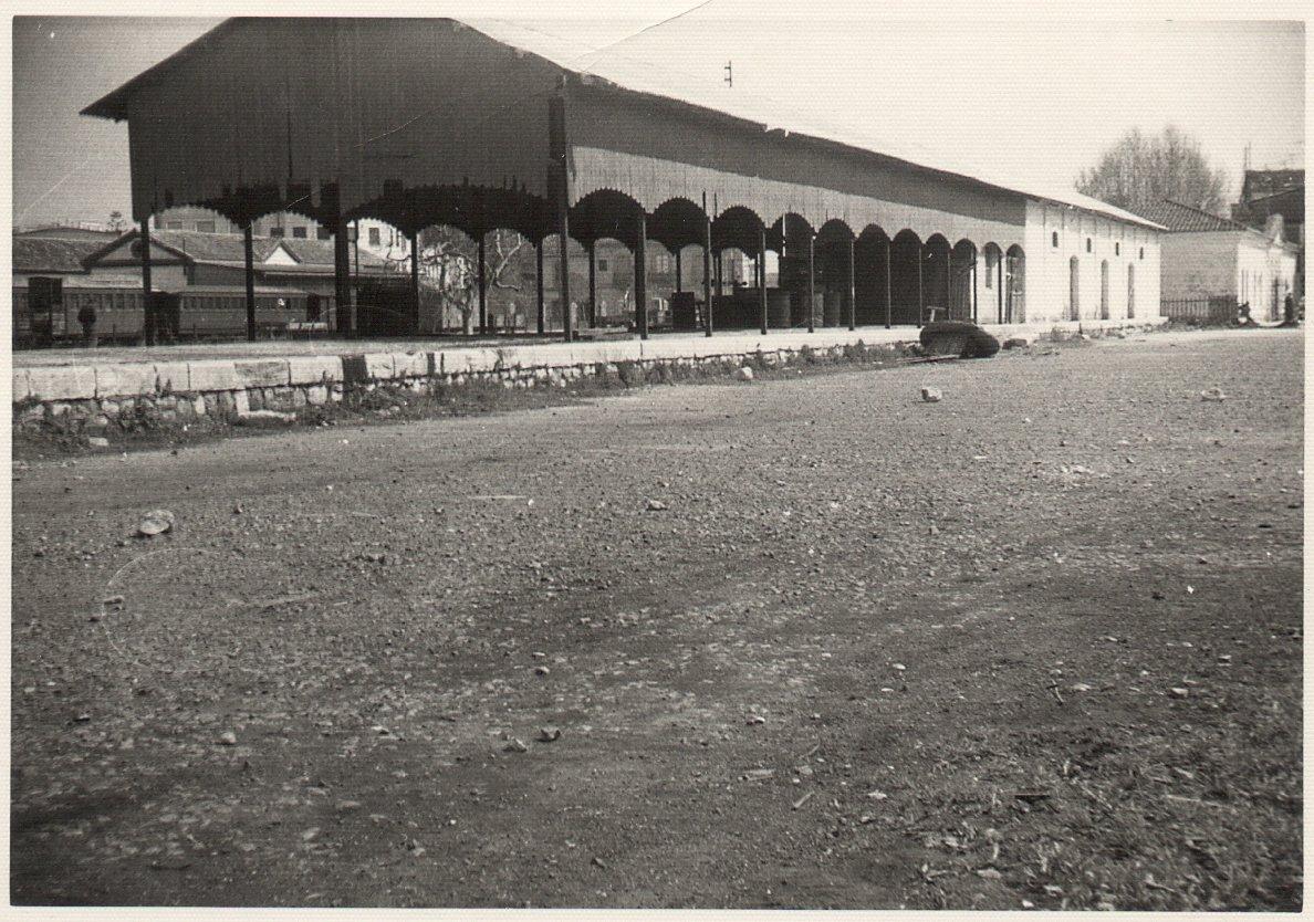 Magatzems i estació Carcaixent-Dénia. Al fons, l'estació d'Alcoi. Foto: Paco Gramage