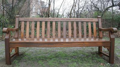 Скамейка, надпись на которой напоминает что рак - по сей дей является непобежденной болезнью