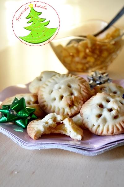 biscotti di pastafrolla ripieni di mela, cannella, sciroppo d'acero e mandorle