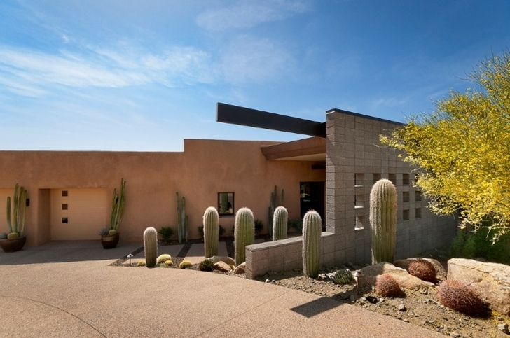 Entrance of Modern desert home by Tate Studio