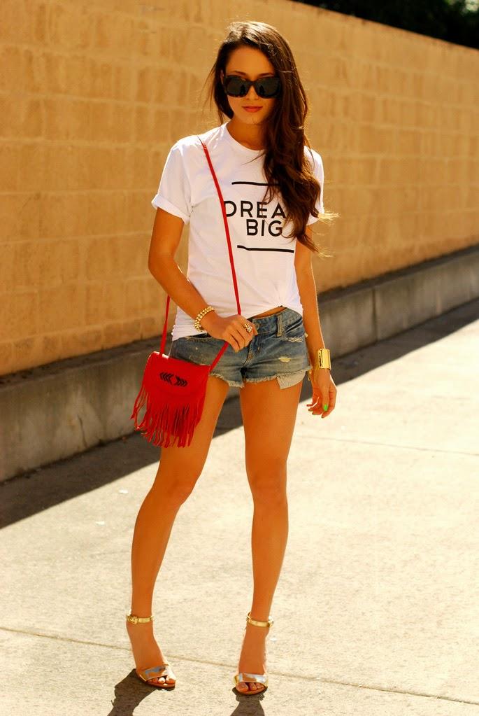 bolsa tiracolo, bolsa com franjas, bolsa vermelha, short jeans, blusa personalizada, sandália de salto dourada, unhas verdes, roupas da moda