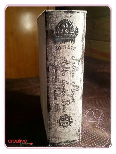 Detalle del laterla de la cajita fallera en madera decorada a mano, modelo Repujado realizada por Sylvia Lopez Morant.