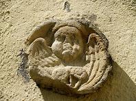 Petit àngel en relleu en el mur de llevant de l'església de Sant Andreu de Gurb
