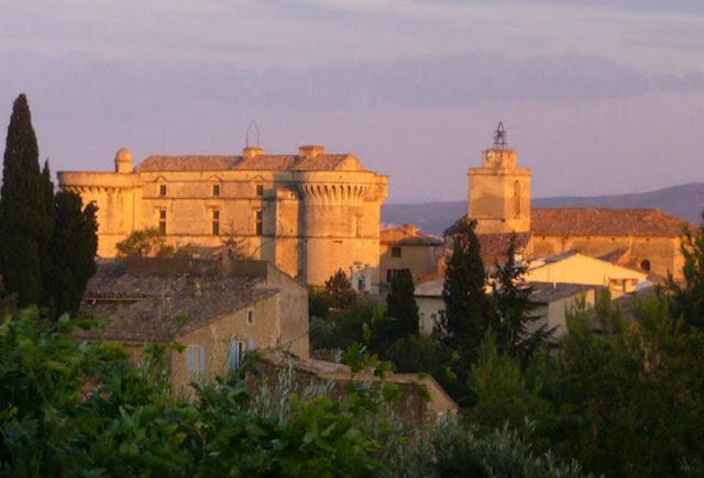 Maison à louer avec piscine et jardin au centre du village de Gordes et de la belle lumière provençale qui baigne le Château