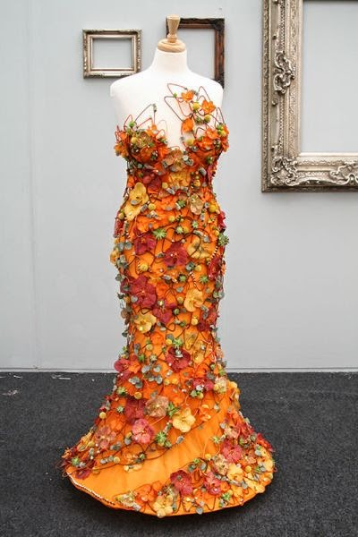 floral gown, gown made by flowers, floral dress, dress made by flowers, klänning av blommor, blomstrande klänning, klänning florist, gown florist, dress florist, gowns chelsea flower show, dress chelsea flower show, klänningar chelsea flower show