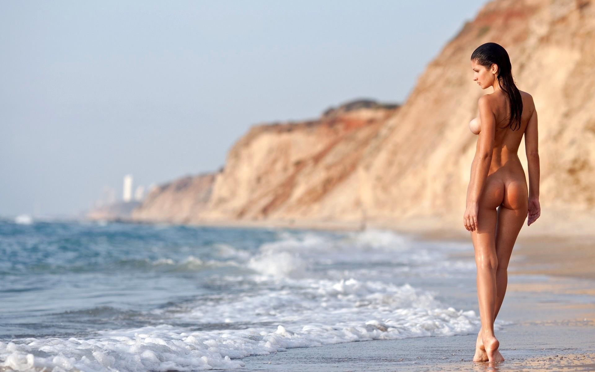 Фото ню на пляже
