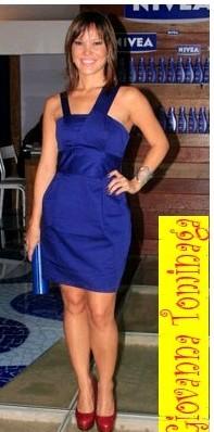 Vestido longo azul royal com sapato vermelho