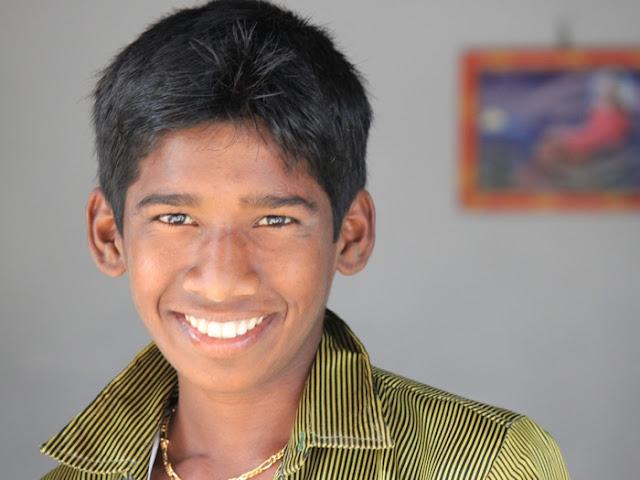 смеющийся мальчик индус