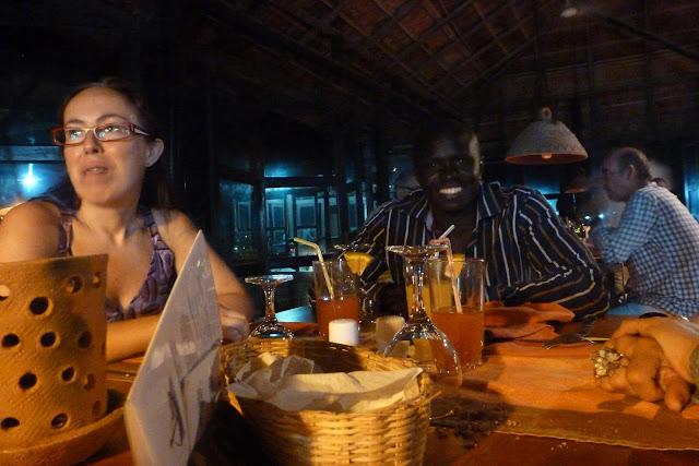 Cena en Ziguinchor, Lamine, como siempre, con la sonrisa en la cara