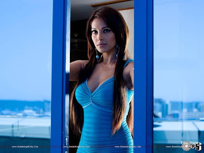 Bipasha Basu Bollywood Spicy Item Girl Wallpaper