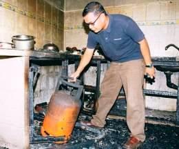 awas berhati hatilah menyembur apa pun di dapur ada bahaya yang menanti