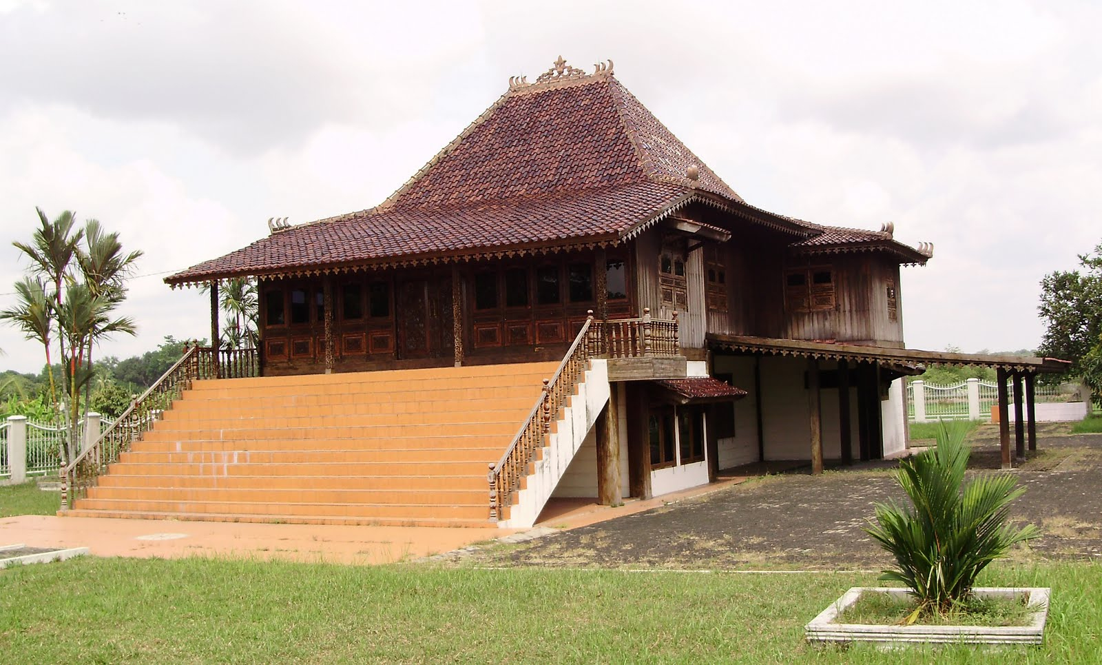 Download this Rumah Adat Tradisional Limas picture