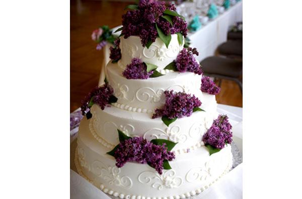 alguns modelos de bolos para casamento que terá a decoração branca