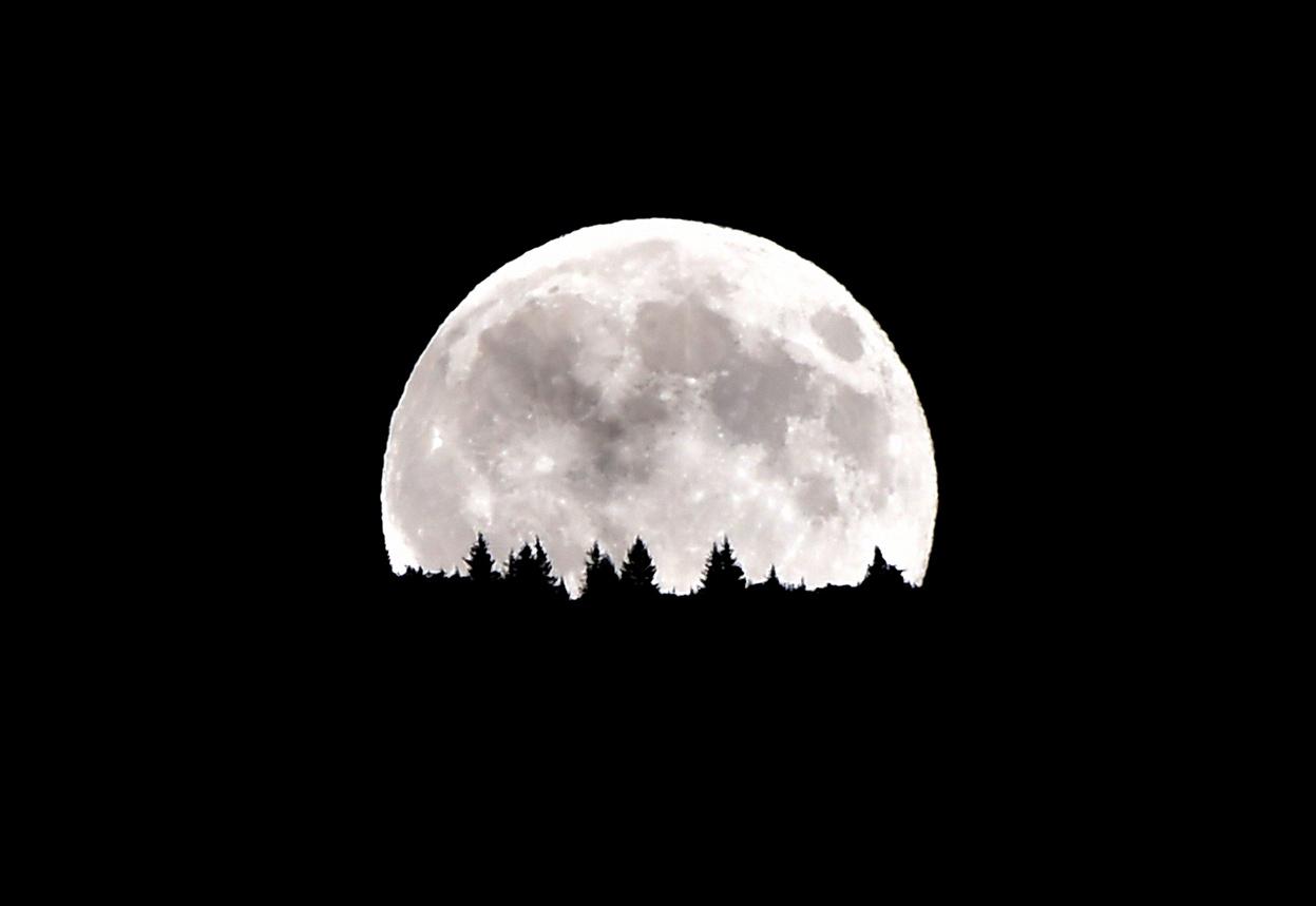 Siêu trăng mọc trên dãy núi Dolomiti ở Levico Terme gần thành phố Trento, phía nam Italy ngày 10 tháng 8, 2014.(Giuseppe Cacace/AFP/Getty Images).