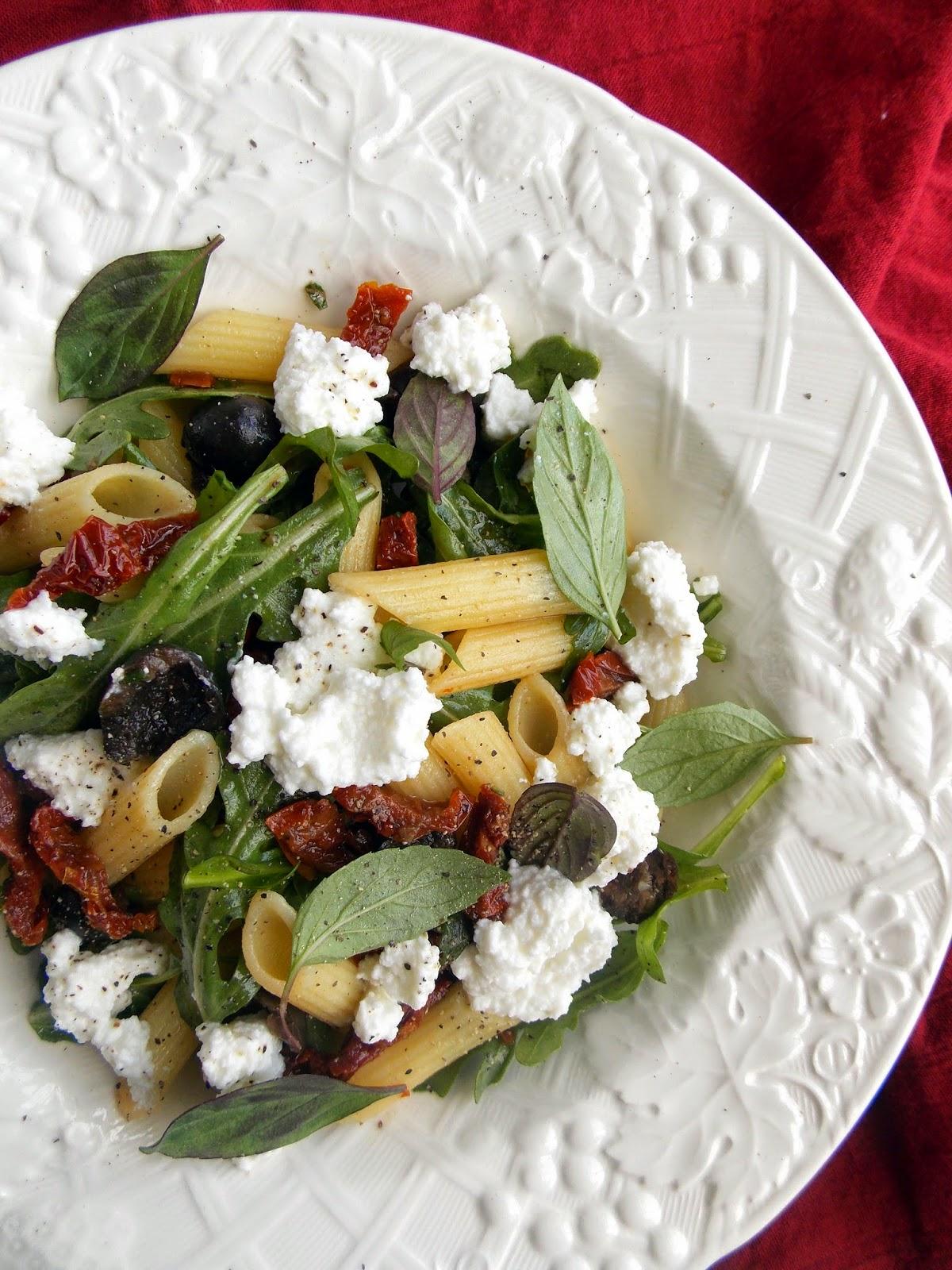 Салат с пастой, вялеными помидорами, базиликом и рикоттой