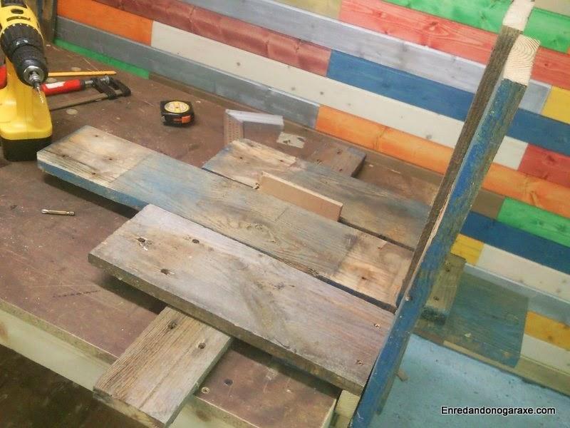 Colocando el travesaño soporte del reposabrazos ancho de la silla Adirondack. Enredandonogaraxe.com