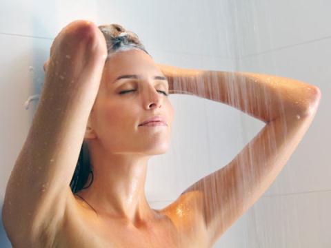 """Nắng nực: Ngủ nude, tắm nước lạnh sẽ """"phê"""" và đẹp hơn"""