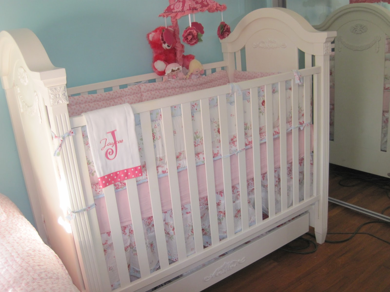 trinket junkie shabby chic baby crib diy. Black Bedroom Furniture Sets. Home Design Ideas