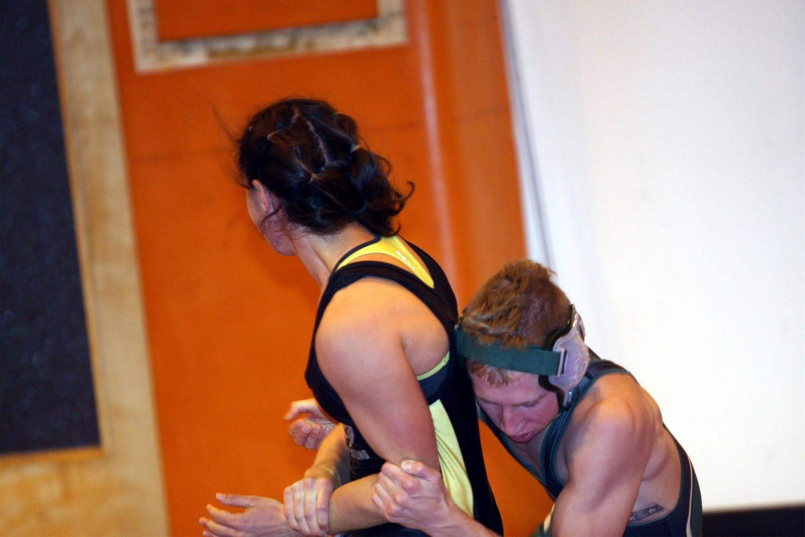 Men Wrestling Women: Female college wrestler battles a male opponent: menwrestlingwomen.blogspot.nl/2013/06/female-college-wrestler...
