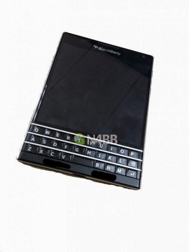 """El nombre en clave no oficial es """"Windermere"""" y """"Q30″ se ha pasado alrededor de la comunidad BlackBerry desde hace bastante tiempo. Tuvimos nuestro primer vistazo del prototipo Windermere a comienzo del año. Desde entonces, no habíamos visto nada más. Algunas supuestas especificaciones surgieron, y el rumor de que su teclado físico sería táctil. Sin embargo, hoy les traemos nuevas fotos y detalles de este gigantesco dispositivo BlackBerry 10. El BlackBerry Windermere cuenta con un bisel de acero inoxidable alrededor del dispositivo, al igual que el Q10. Las teclas de volumen están en el lado derecho del dispositivo, con el"""