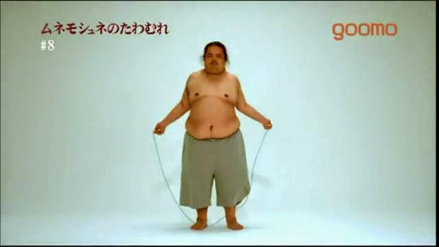 Gros homme qui saute a la corde, gras de ventre au super ralenti