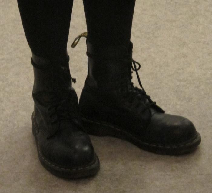 Kengät  (Dr. Martens) jostain Tampereella sijaitsevasta kenkäkaupasta. eeb2d34b91