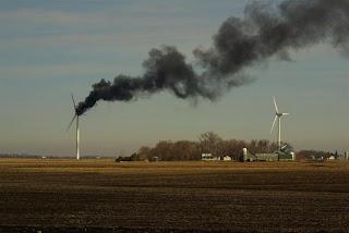 Ventoinha eolica a deitar fumo