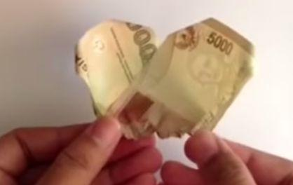 Gambar seni membuat bunga dari uang kertas cantik