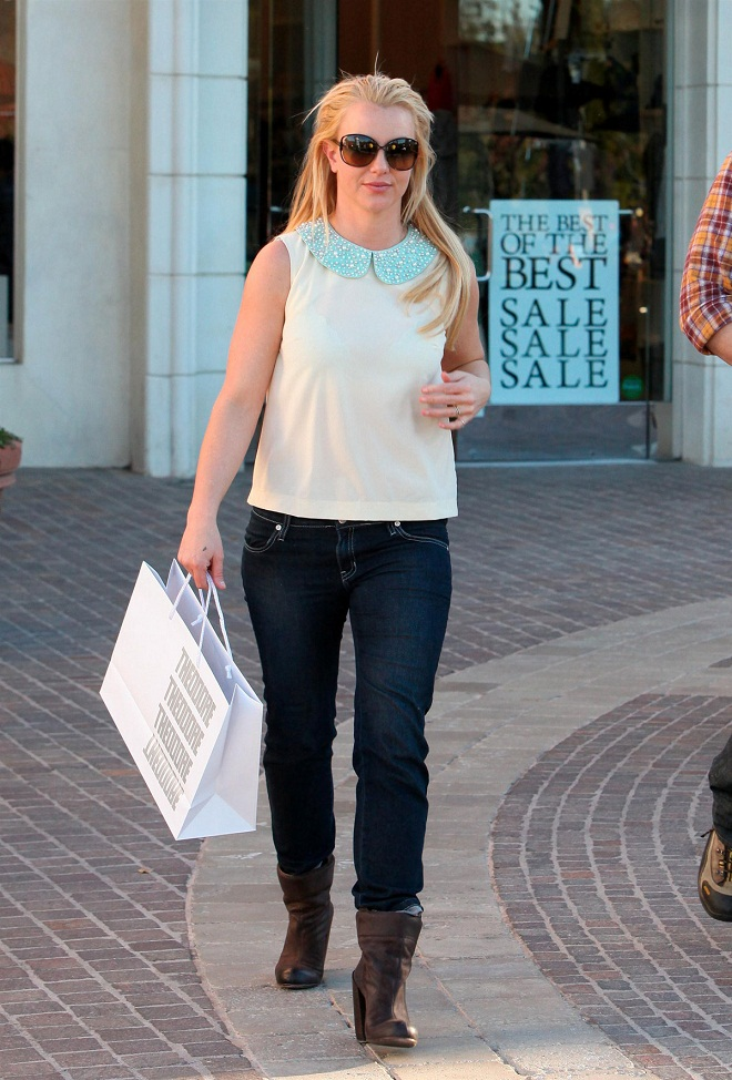 Britney Spears Looks Chic In Denim Jeans And Pastel Blouse