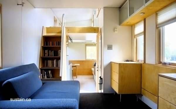Sala y escalera al dormitorio en la mini casa