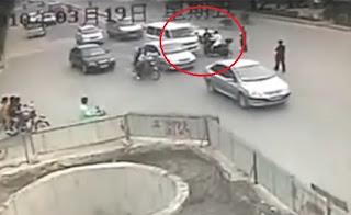 chino en moto choca hasta que cae a un agujero