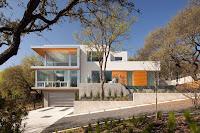 foto de fachada de casa moderna bonita en terreno en desnivel