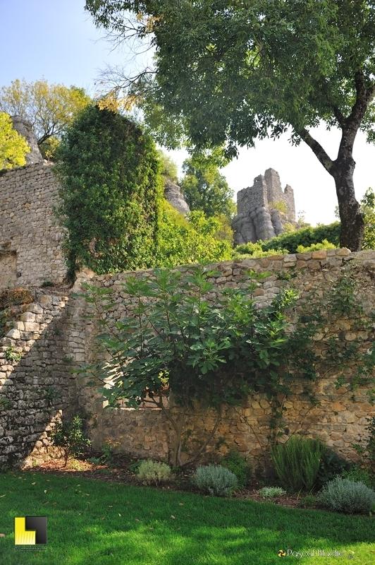 ruine de tour au dessus du jardin suspendu du château de Vogüé photo blachier pascal