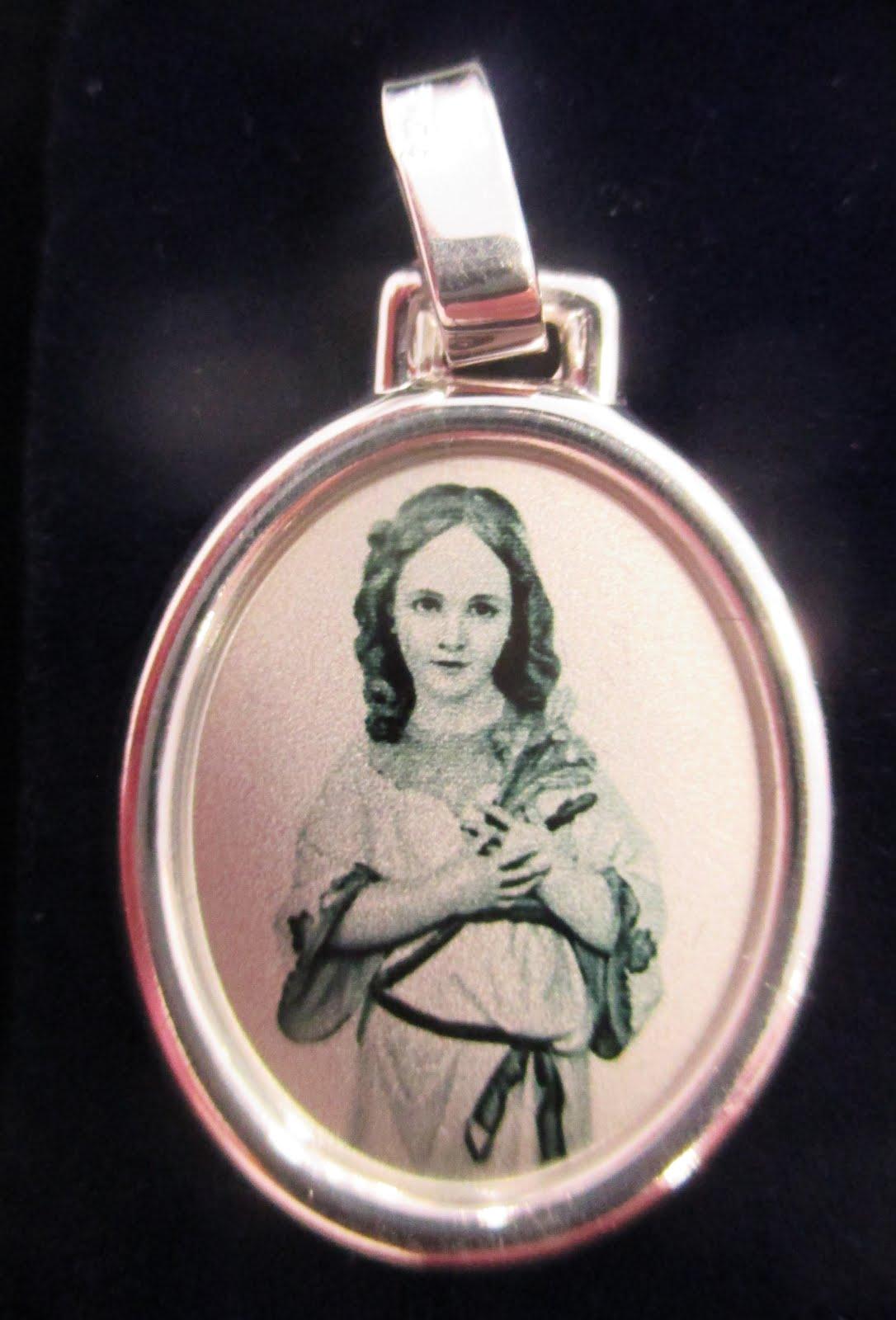 Medalla de plata con la Virgen Niña