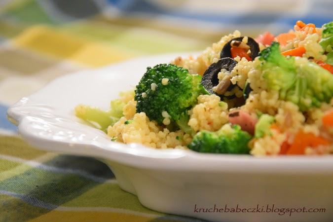 Kolorowa jaglanka z warzywami i kiełbaską