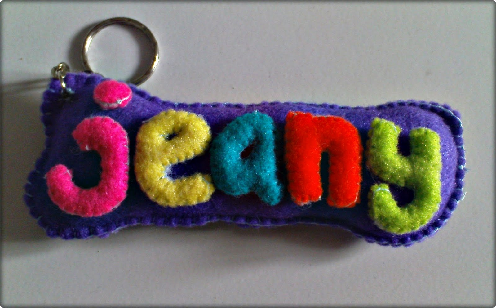 gantungan kunci yang bertuliskan nama ini dapat di pesan secara khusus ...