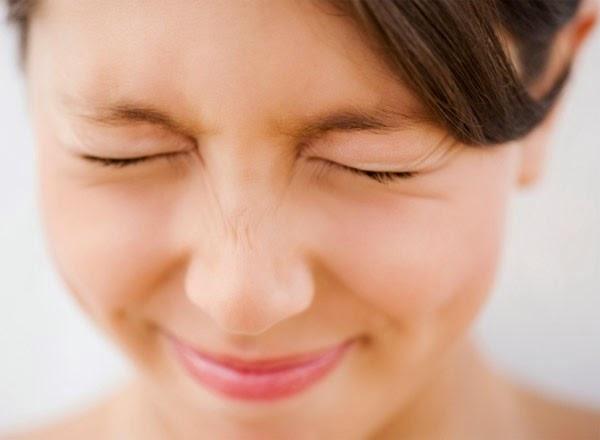 Mí mắt giật là biểu hiện của bệnh gì?