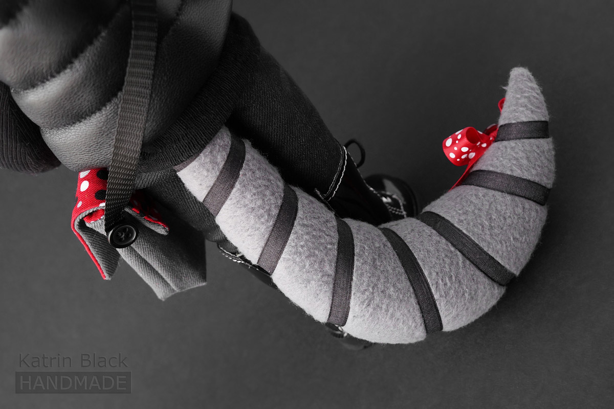 Игрушка енот с хвостом на пуговичном креплении.