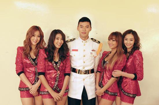 Article soldier hyun bin comfortable smile next to sistar friendly