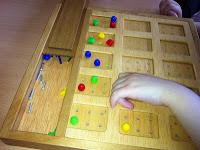 La imagen muestra a una alumna aprendiendo las primeras letras braille.