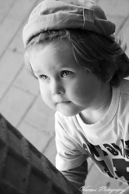 Zdjęcie przedstawiające dziecko patrzące się na olbrzymiego loda, reklamę, perspektywa żabia, kompozycja