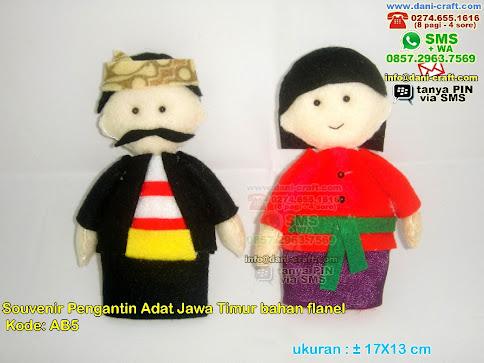 Boneka Pengantin Adat Madura