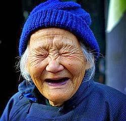 γυναίκα γελάει